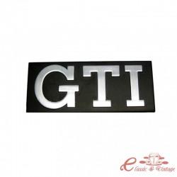 Logotipo de GTI gris sobre fondo negro